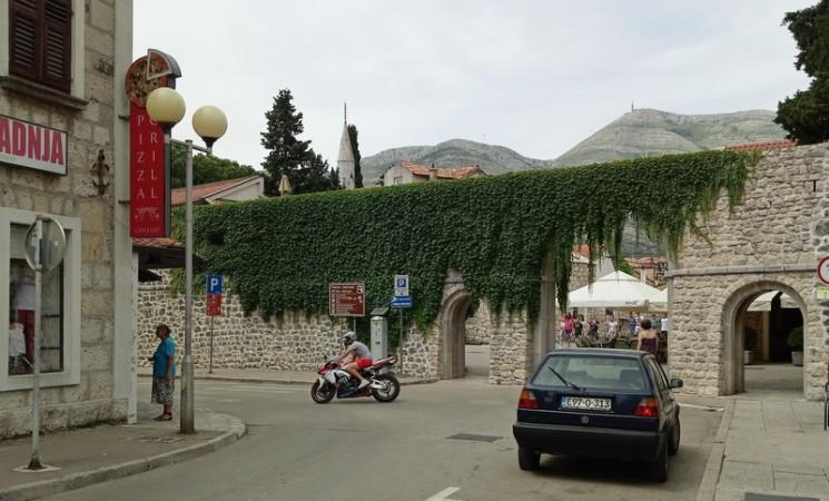 Bahatim vozačima u trebinjskom Starom gradu niko ništa ne može?!