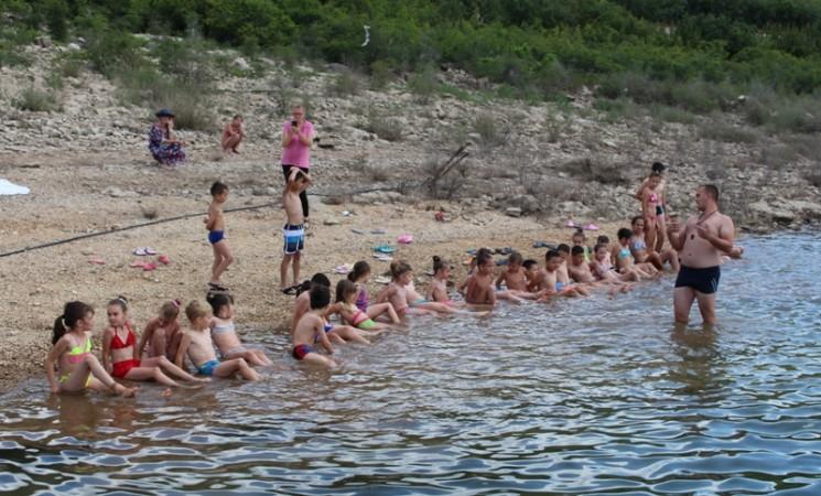 Mališani uče da plivaju na Bilećkom jezeru