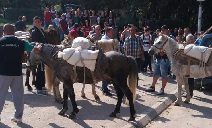 Predizborni performans u Bileći: Pijeskom, dotjeranom na konjima, krpili rupe na kolovozu