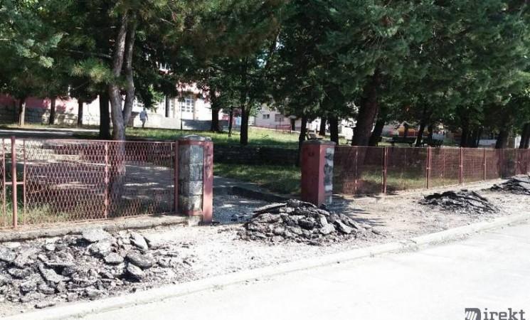Zbog raskopanih ulica u Bileći, đaci jedva mogu do škole