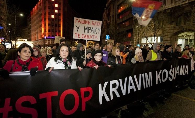 """Beograd: Desetine hiljada ljudi na protestu """"Stop krvavim košuljama"""""""