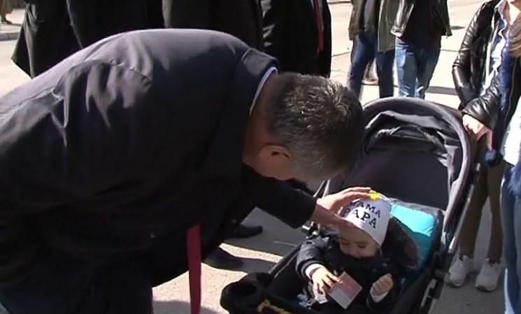 """Višković """"okitio"""" bebu u Trebinju sa 50 maraka"""