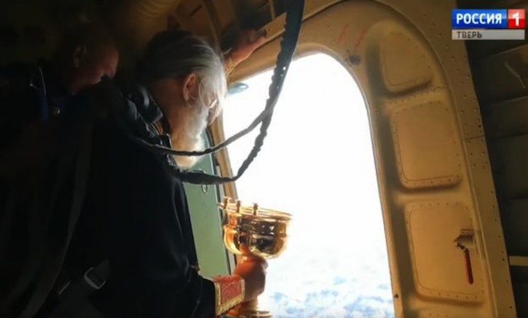 "Rusija: Sveštenik vazduhoplovac ""posipa"" grad svetom vodicom"