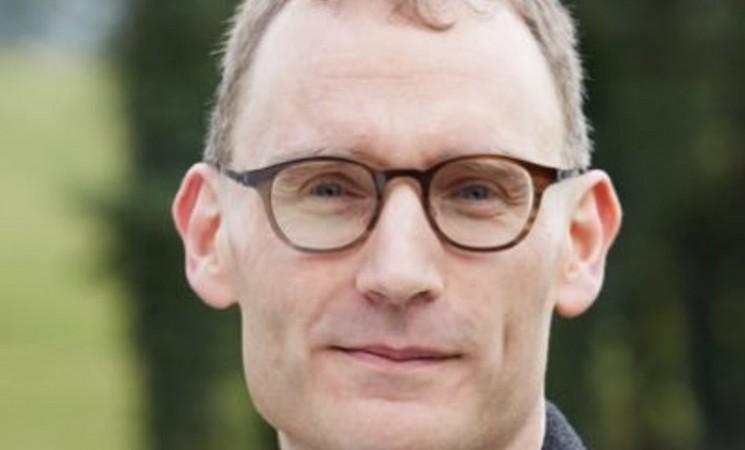 Glavni epidemiolog Velike Britanije podnio ostavku jer nije poštovao socijalno distanciranje
