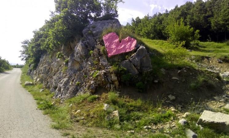 Kameno srce pokraj puta
