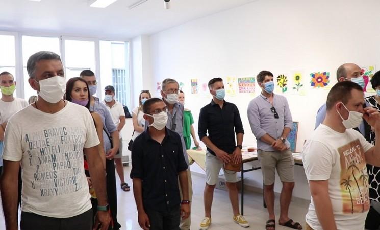 """Umjetnost ruši barijere – Koncert i izložba članova Udruženja """"Sunce nam je zajedničko"""" (VIDEO)"""