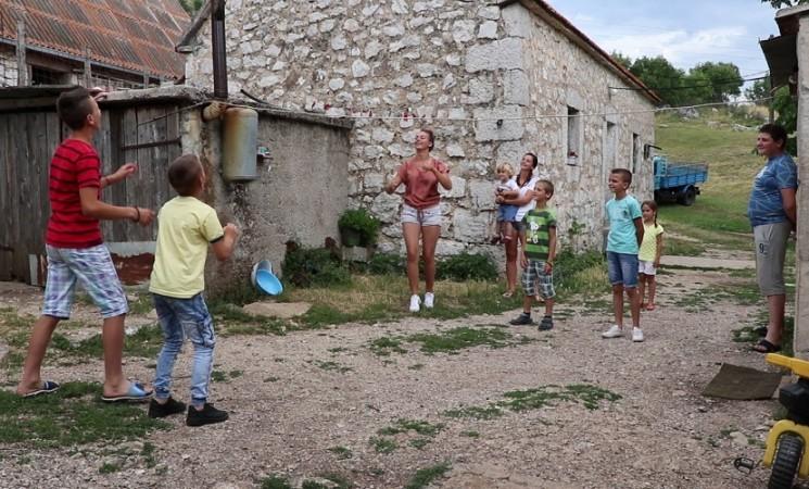 Dvije kuće desetoro djece – Zahvaljujući Milovićima i Bratićima Brestice su živo selo (VIDEO)