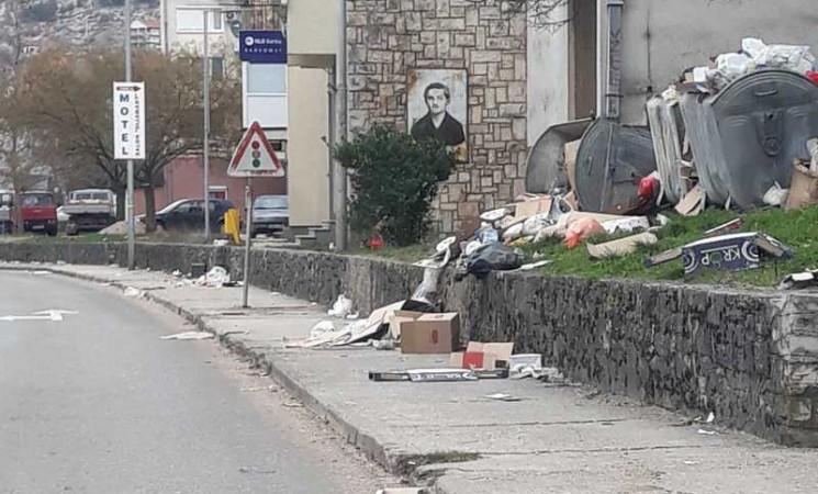 Bilećke ulice ponovo zatrpane smećem - radnici u štrajku do daljnjeg