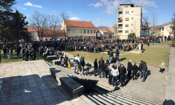 Nekoliko stotina ljudi u Bileći tražilo pravdu za pretučenog mladića