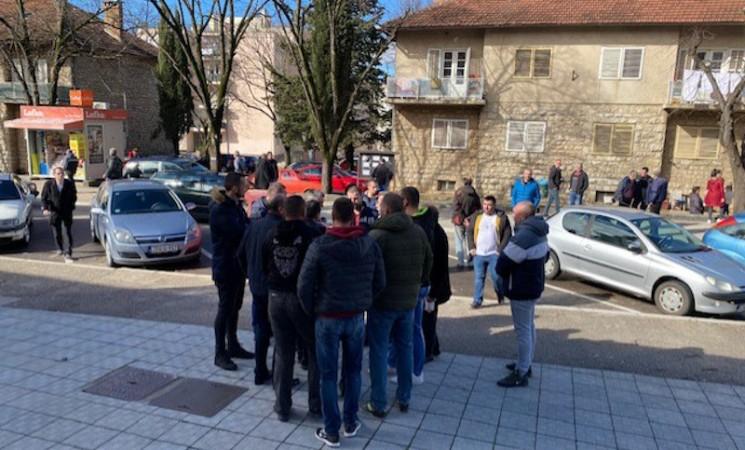 Nezadovoljni građani pred zgradom Opštine Bileća, najavljeni novi protesti