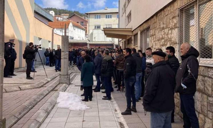 Gacko: Otpušeni radnici protestuju ispred zgrade opštine