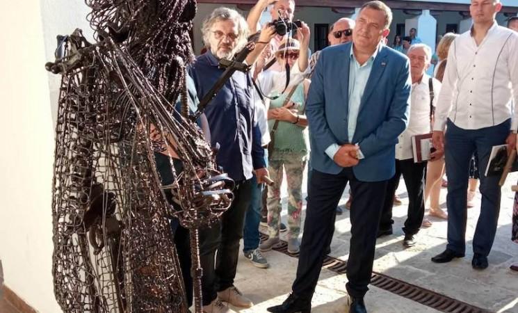 Nakon negodovanja javnosti Andrićev institut saopštio da je spomenik samo eksponat