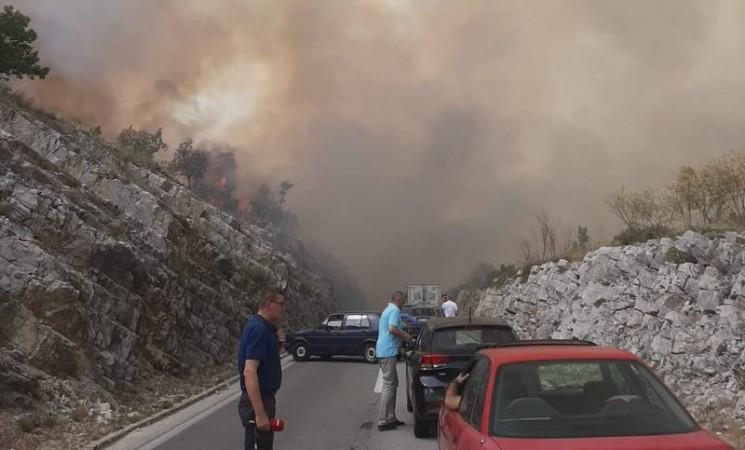 Požar otežao saobraćaj na magistralnom putu Trebinje-Bileća (VIDEO)